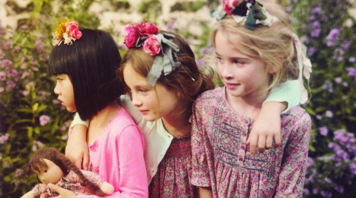 Petites filles coiffées de fleurs